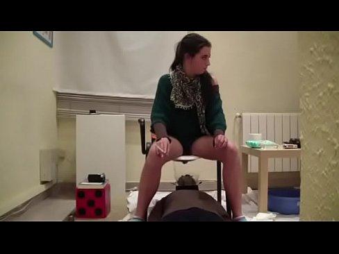 Poep slaaf gebruikt als menselijk toilet