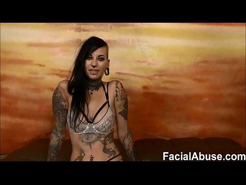 Tattoo sletje wordt misbruikt en onder gezeken