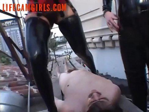 Deze slaaf moet stront eten